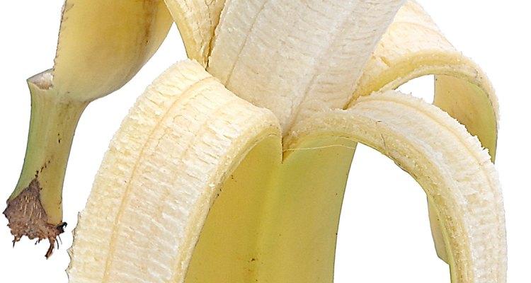 Pela el plátano y cómelo.