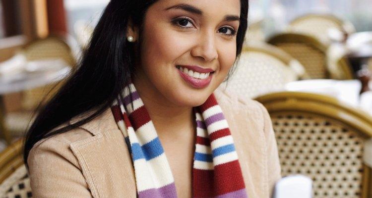 Una buena opción es llevar un pañuelo que combine con tu vestuario.