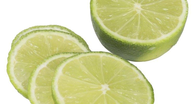 El limón es un excelente limpiador en la cocina.