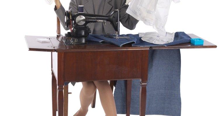 Utiliza tu máquina de coser o aguja e hilo para coser a lo largo de uno de los lados.