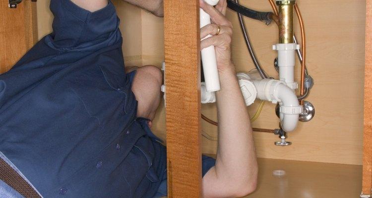 Con algunas vueltas de tu llave inglesa puedes instalar un nuevo codo en la tubería debajo de tu fregadero.