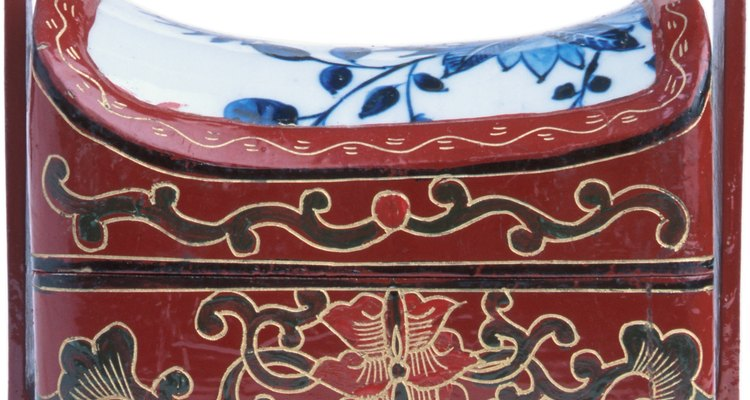 Vernizes decorativos são uma característica comum da mobília asiática