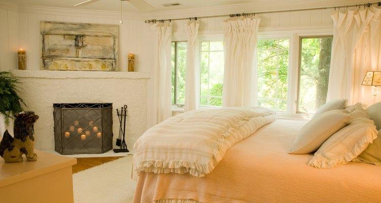 Los cobertores en las almohadas levantan el estilo de la habitación.