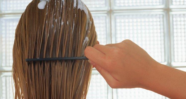 Los masajes al cuero cabelludo también ayudan al efecto de las mascarillas capilares y al brillo del cabello.
