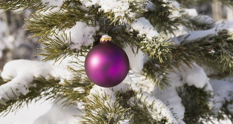 Utilizar nieve en aerosol puede hacer que tu árbol tenga una apariencia exterior.