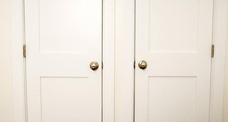 Portas internas podem transmitir som, então troque-as por portas maciças para obter isolamento acústico