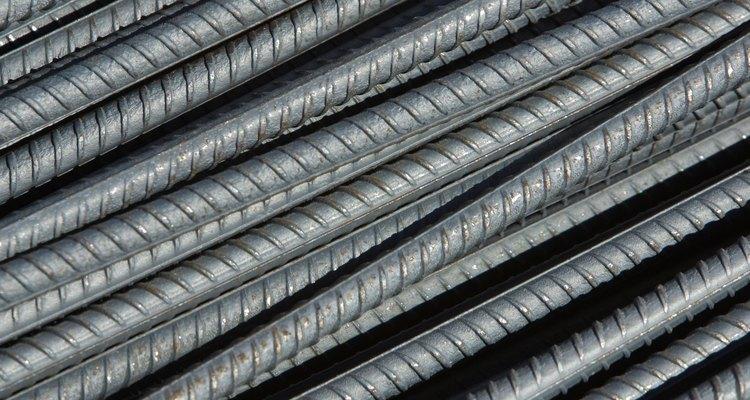 Corta varillas de acero con amoladoras angulares o sierras de mano.