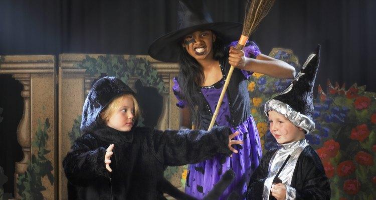 Haz tú misma un disfraz de brujo para Halloween.