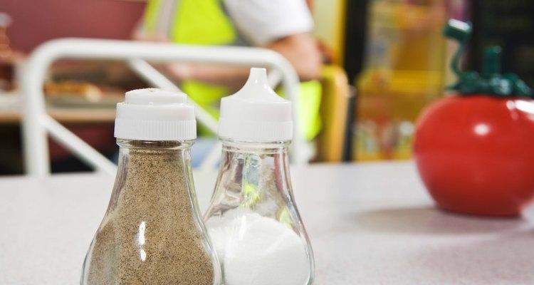 Muchos productos alimenticios en polvo, tales como las especias y los condimentos, contienen dióxido de silicio como un agente anti-aglomerante.