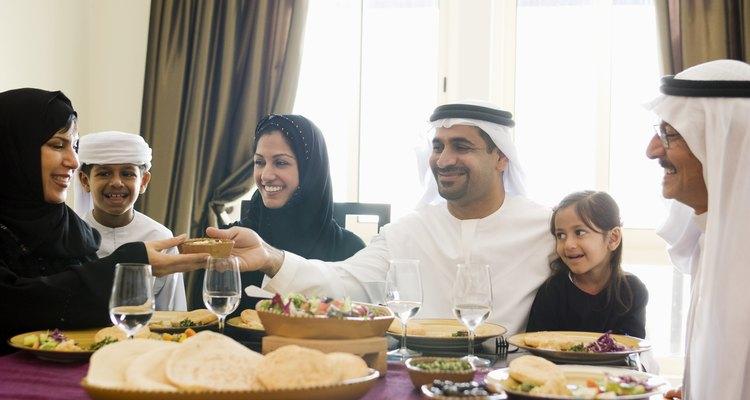 Familia árabe compartiendo una comida.