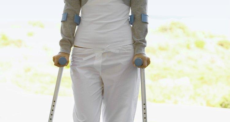 Também conhecidas como muletas de antebraço, as muletas canadenses apresentam braçadeiras que circundam o antebraço