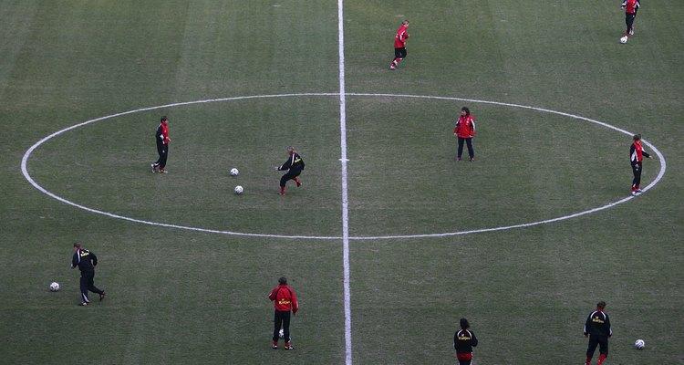 Um círculo central com um raio de 9 metros encontra-se no meio do campo