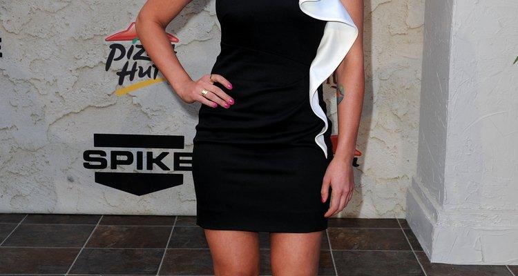 Scarlett Johansson lleva un increíble par de zapatos de tacón alto de color caramelo con un vestido blanco y negro para los premios Spike TV.