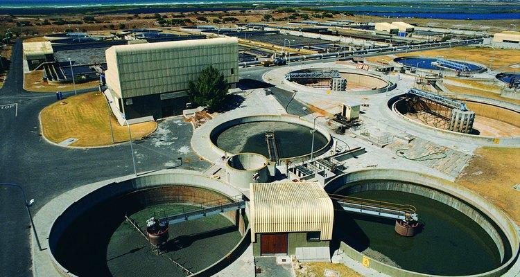 La cal hidratada se utiliza para el tratamiento del agua residual de las industrias para controlar los olores y remover los contaminantes.