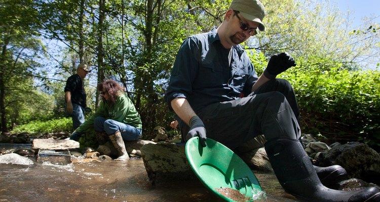 Pessoas garimpando por ouro em um rio