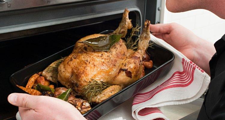 Cómo hornear un pollo entero relleno.