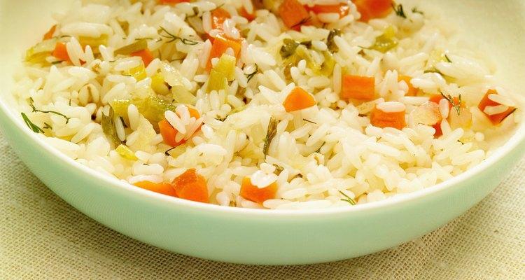 Arroz com vegeitais fritos é um prato fácil para fazer usando uma panela de arroz