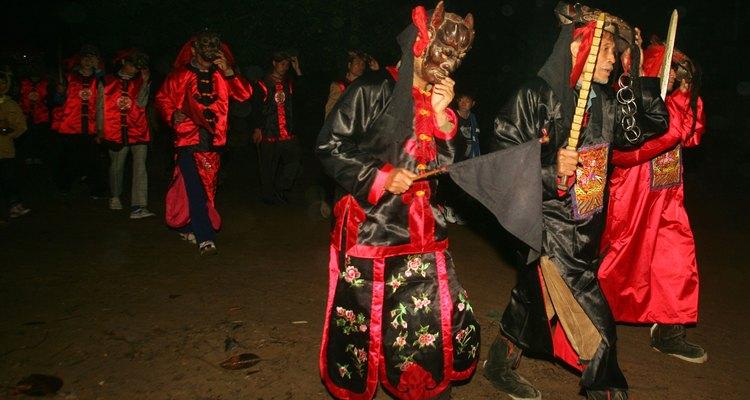 Dança Nuo no Festival da lanterna em 23 de fevereiro de 2005, em Zhanjiang