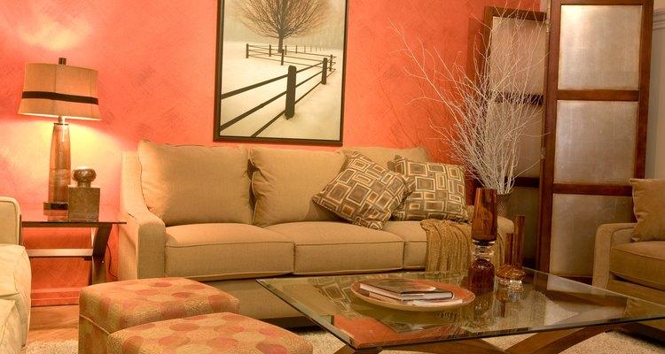 Los vendedores de muebles tienen como principal obligación atender a los clientes y vender los productos.