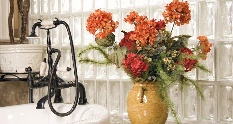 El azúcar colocado en el florero, junto con el agua, suministra a las flores con los hidratos de carbono que necesitan para vivir más tiempo.