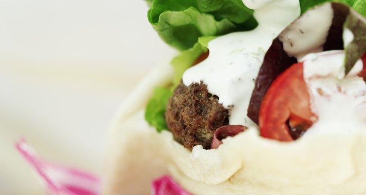 La comida de Medio Oriente contiene muchos vegetales y  pan similar al pita.