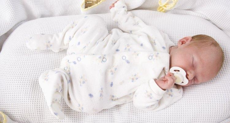 Haz atuendos simples que le queden bien a los bebés prematuros.