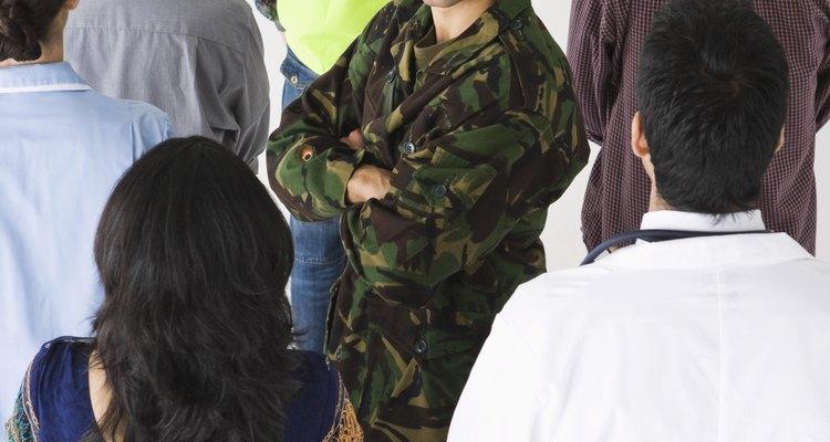 En este mercado de trabajo difícil, más y más personas están estudiando la posibilidad de unirse al Ejército con el fin de encontrar un empleo estable a largo plazo.