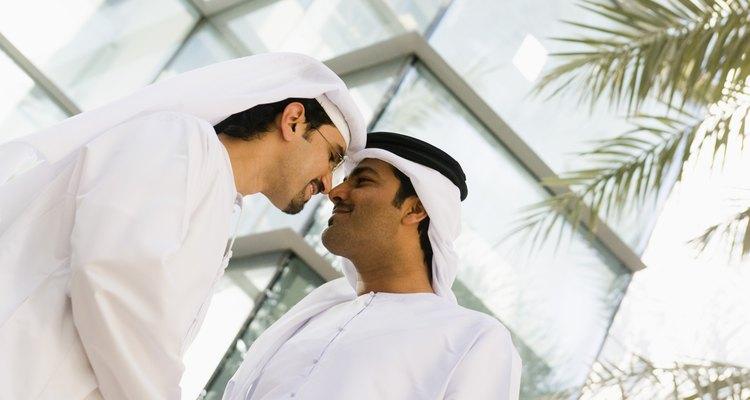 Uma touca árabe pode ser criada usando um quadrado de pano grande e algumas dobras estratégicas