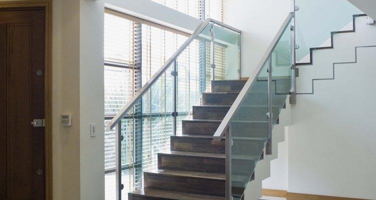Agregar una escalera flotante arquitectónicamente ilumina el lugar