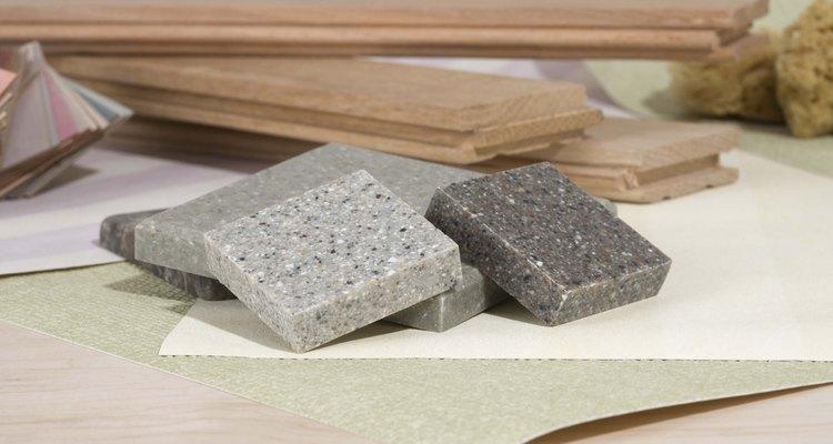 O granito é usado em superfícies como pisos e balcões.