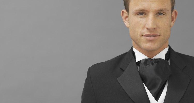 Un pañuelo es una opción para remplazar una corbata, y puede usarse con un esmoquin o traje formal.