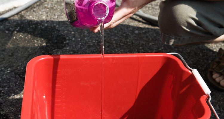 Deixe a roupa mergulhada em água fria para ajudar na remoção da mancha