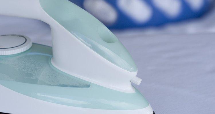 Utilize o calor de um ferro de passar para remover transfers