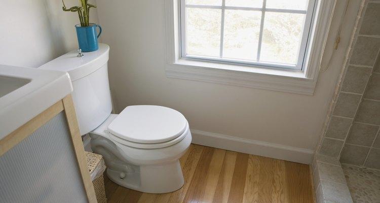 Tira el contenido del vaso en el inodoro y deja correr el agua