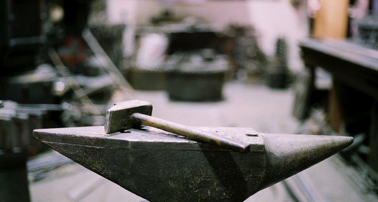 Bater numa superfície de aço para fazer instrumentos musicais é um projeto difícil, mas satisfatório