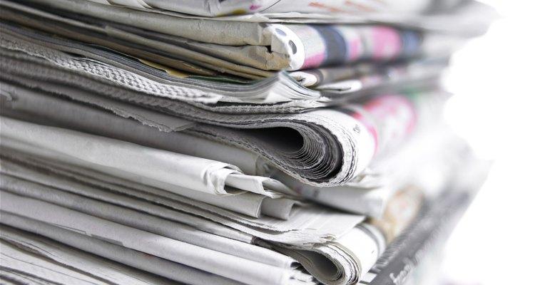 Recicle pilhas de jornal velho para transformá-los em papel para arte