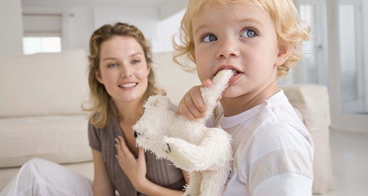 Los anillos o juguetes para la dentición que el niño pueda masticar ayudan a evitar las mordeduras provocadas por la dentición.
