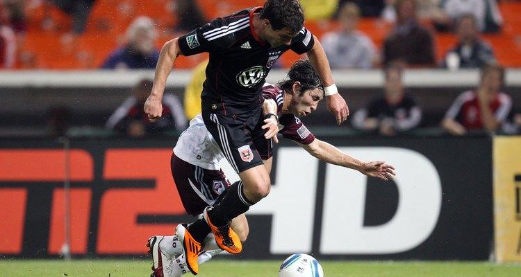 Empurrar ou bater em um jogador é considerado uma falta no futebol