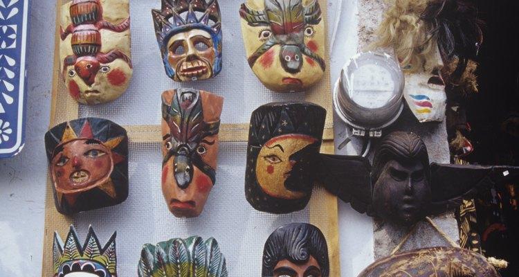 Máscaras mexicanas cuelgan afuera de una tienda en México.