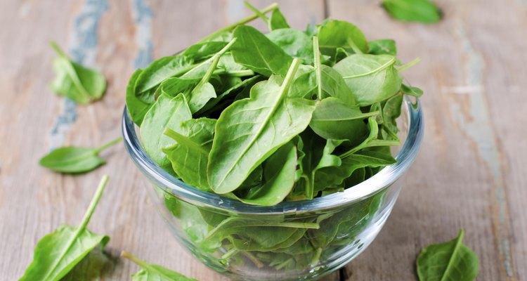 Incluye en tu dieta vegetales de hojas verdes ricos en vitamina A, como la espinaca.