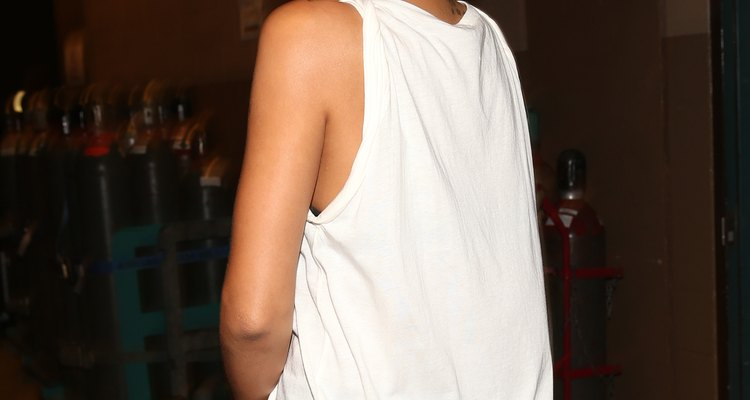 La estrella pop Rhianna utiliza musculosas sueltas recortadas de camisetas.