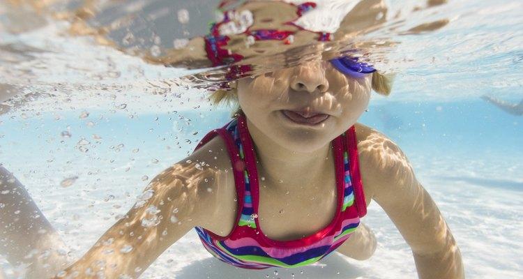 Ser capaz de nadar no protege a un niño contra el ahogamiento.