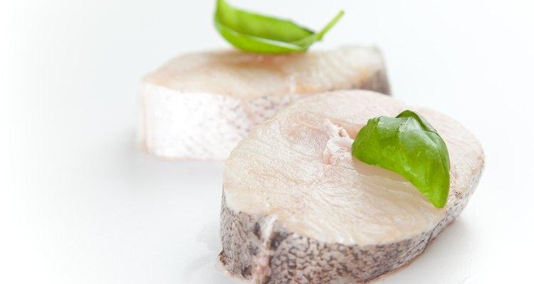 El filete de merluza con yuca y guacamole es una exquisita combinación de sabores.