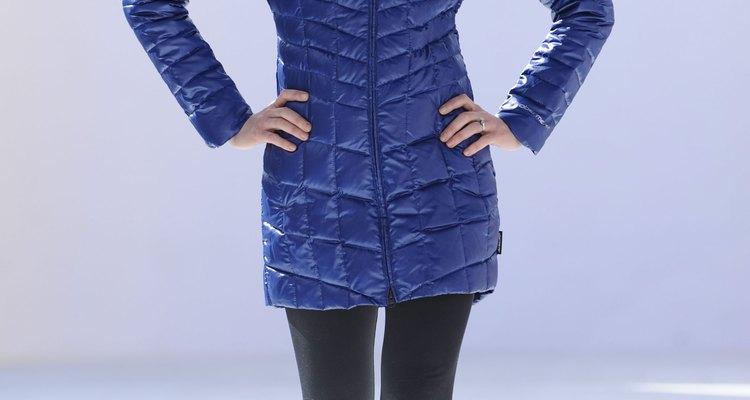 Una modelo exhibe lo último en indumentaria de ski en la Aspen Fashion Week.