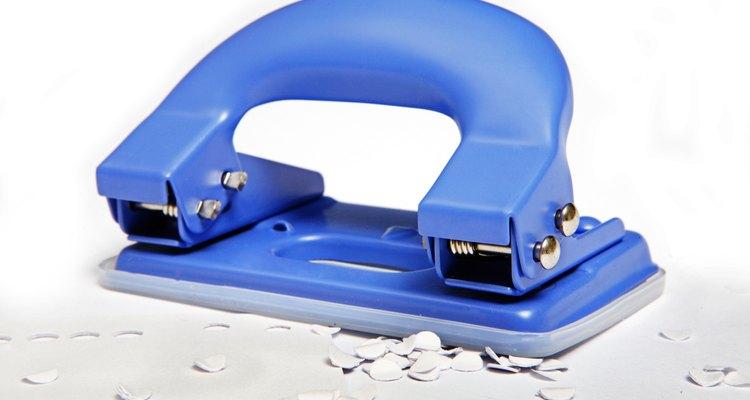 O furador faz furos precisos em mais de uma folha de papel ao mesmo tempo