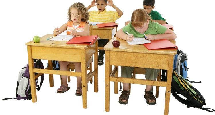 Algumas salas usam assentos individuais para estudantes, enquanto outras usam assentos com mesas
