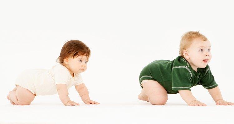 Um bebê que pode levantar-se sobre os joelhos pode aprender a sentar-se com um movimento diferente