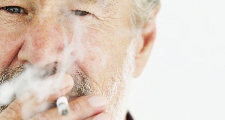 El humo del cigarrillo deja un fuerte olor en la ropa.