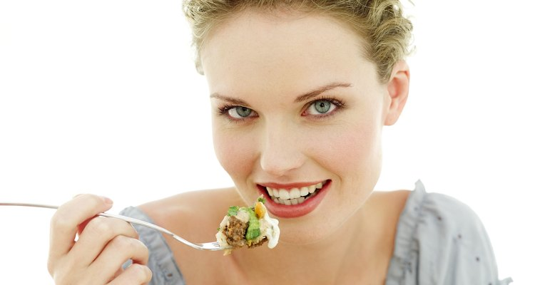 La crema agria o el yogur son agregados bienvenidos en una ensalada.