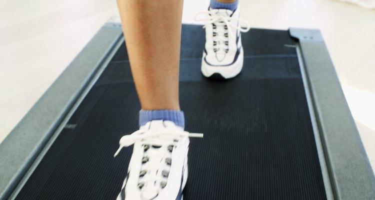 El uso de zapatos para caminar bien acolchados y con apoyo puede prevenir el dolor en el tobillo.